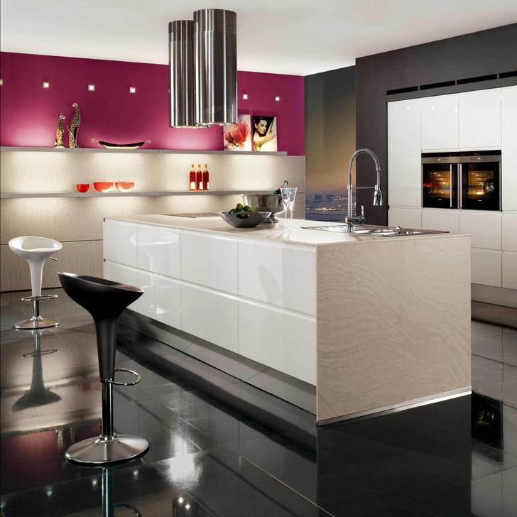 Кухня в стиле минимализм организованна максимально функционально. Интересно такое расположение рабочей поверхности, подойти к которой можно с любой стороны, что очень удобно.