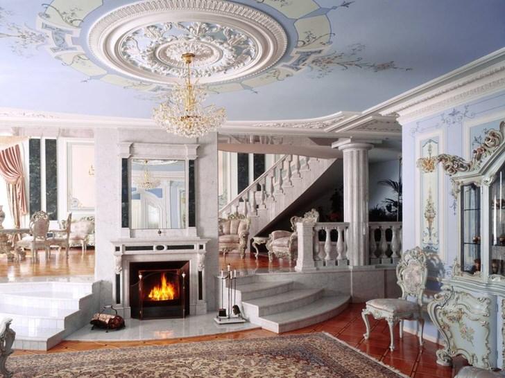 Холл с камином в стиле неоклассика примечателен цветовой гаммой, выбранной для оформления. Нежно-голубой и белы оттенок гармонично объединяются в единой композиции.
