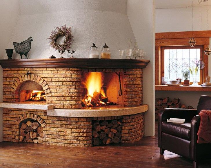 Печь-камин из кирпича оснащена отсеками для хранения дров. Интересное дизайнерское решение для прихожей дома или холла.