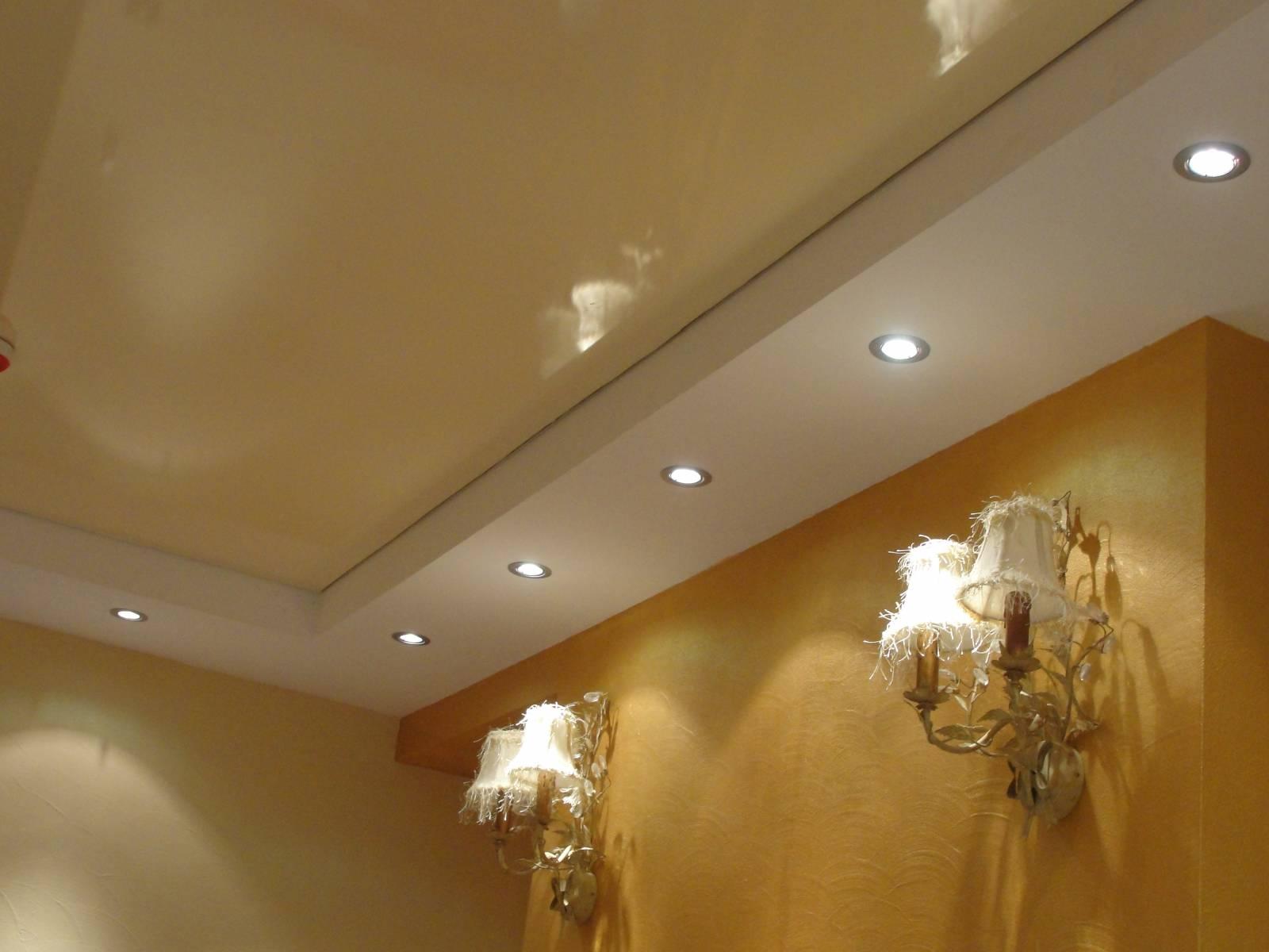 Потолок нежно-бежевого оттенка с правильно подобранным освещением.