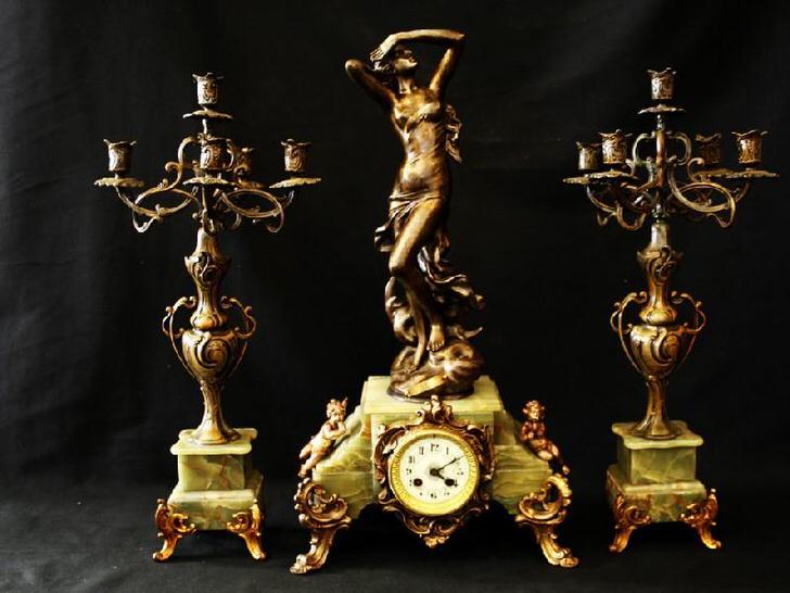 Классический набор - два бронзовых канделябра и изысканные часы. Идеальное украшение для камина.