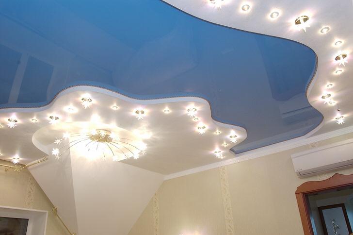 Классическое сочетание голубого и белого в оформлении натяжных потолков.