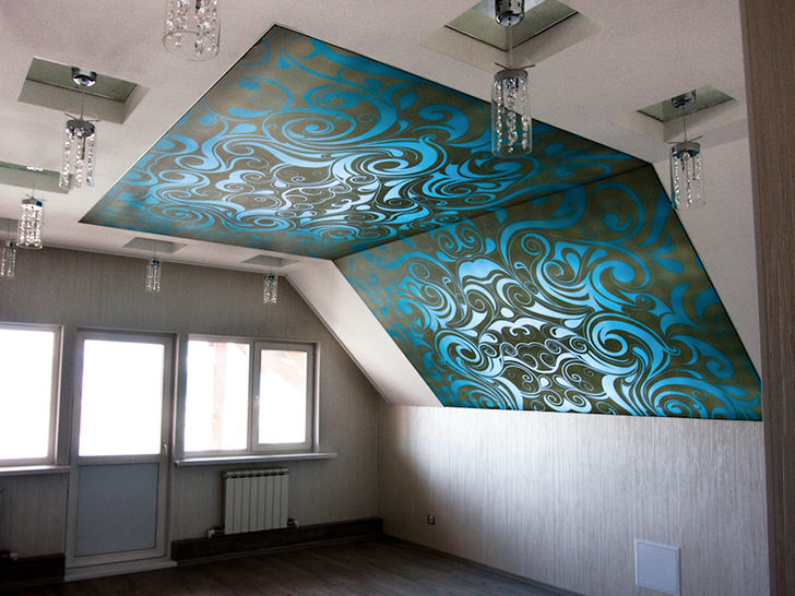 Шикарное решение для спальни на мансардном этаже. Натяжные потолки с фотопечатью контрастных цветов притягивают взгляды.