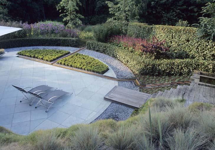 Сад в стиле модерн. В соответствии стилю использованы геометрические мотивы, строгие, четкие линии.