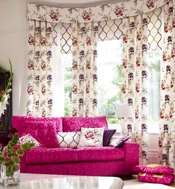 Скромные ламбрекены и шторы с цветочным рисунком - красивое и функциональное украшение для гостиной в стиле прованс.