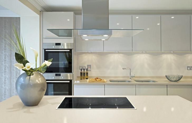 Глянцевые поверхности могут использоваться для оформления интерьера кухни в стиле модерн. Дизайнерский проект интересен смелым сочетанием серого и белого цвета, что не свойственно стилю модерн.