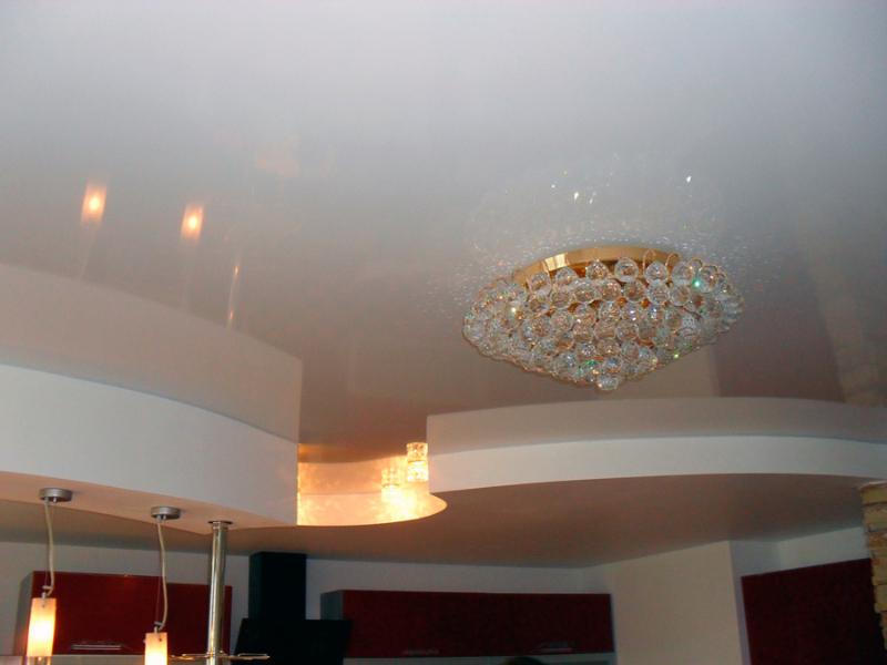 Классика жанра - глянцевые натяжные потолки ПВХ белого цвета.