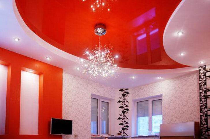 Благородный красный цвет натяжного потолка органично вписывается в общую концепцию стиля.