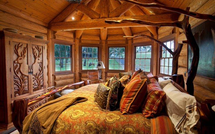 Одна из спальных комнат в доме у озере выполнена в стиле деревенский кантри. Деревянная отделка. массивная мебель и элементы декора подобраны в лучших традициях стиля.