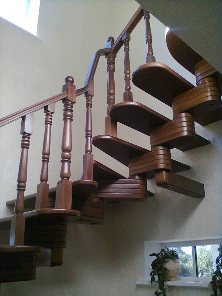 Изящная модульная лестница для интерьера дома в классическом стиле.
