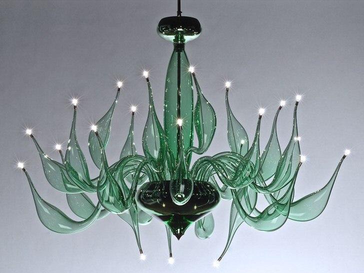 Замысловатая, вычурная люстра в стиле арт-деко для оформления гостевой комнаты или спальни.