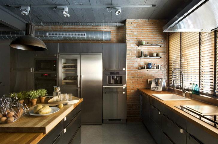 Кухонное пространство в стиле лофт. Правильный пример функциональной организации - подоконник задействован под рабочую зону.
