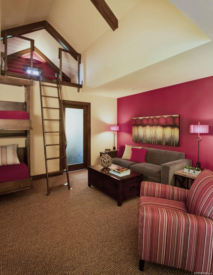 Интересный дизайн спальни в деревенском стиле. Наиболее примечательными деталями интерьера можно назвать двухэтажную кровать из дерева и спальное место, добраться к которому можно по деревянной стремянке. Стильным помещение делает темно-фиолетовый цвет оформления, который нельзя назвать популярным, если речь идет о деревенском кантри.