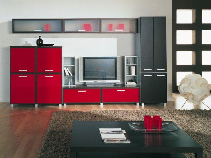Вызывающее, яркое сочетание красного и черного в интерьере комнаты для гостей. Функциональная модульная стенка вместительна и отлично смотрится в общей дизайнерской концепции.