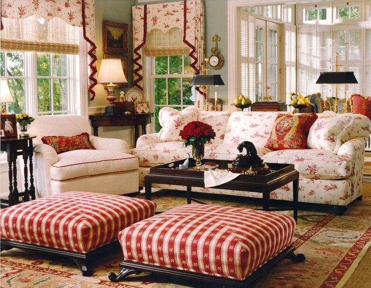 Простая, скромная и уютная гостиная в английском стиле в небольшом загородном доме. Акценты красного делают обстановку в комнате непринужденной и веселой.
