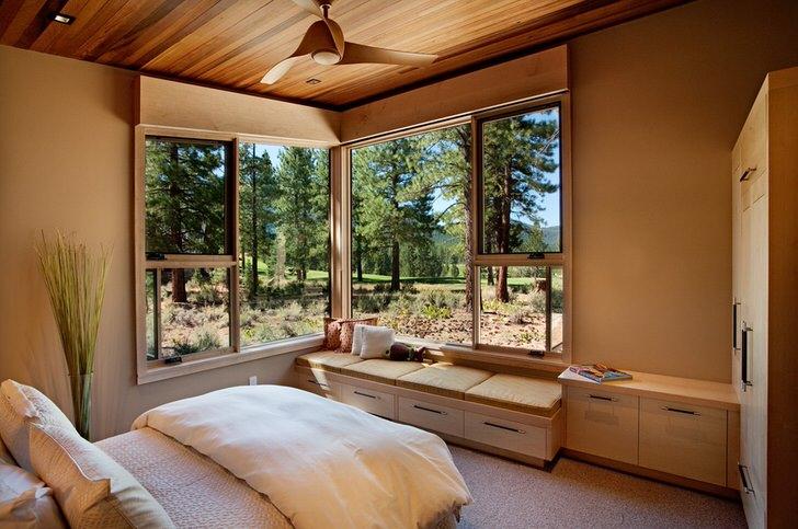 Небольшая спальня в деревенском стиле с правильно подобранной мебелью. Компактный шкаф и низкие тумбы вместительны и не загромождают пространство.