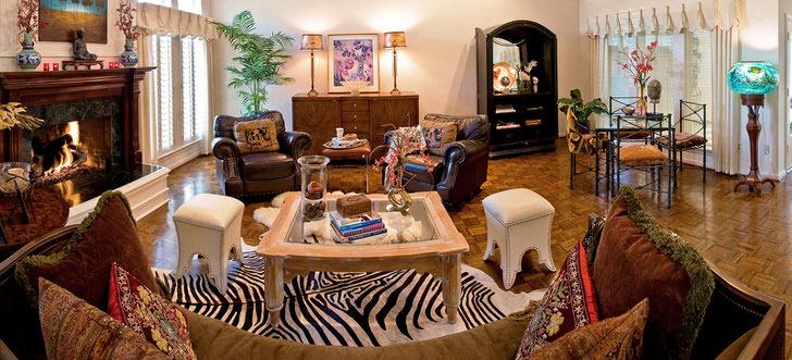Для оформления комнаты для гостей в большом доме итальянской семьи был выбран стиль эклектика. В интерьер гармонично вписался газовый камин с имитацией пламени.