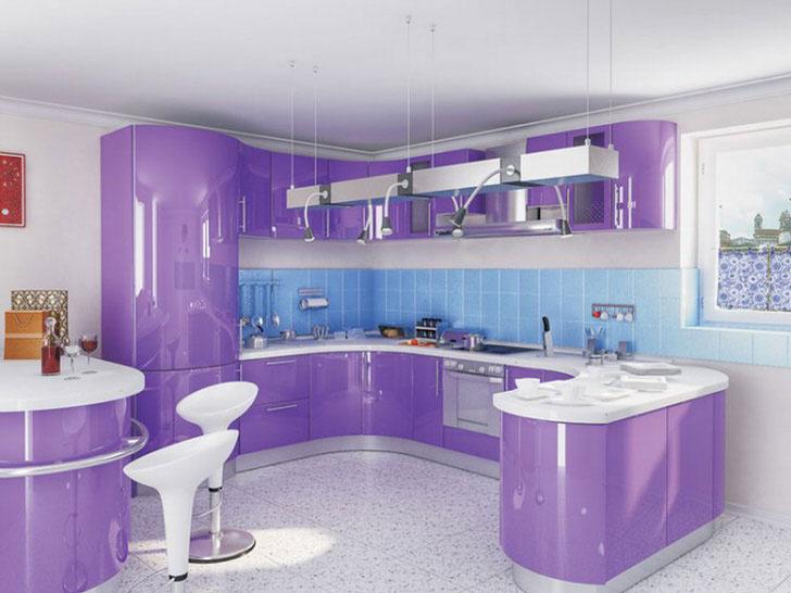 Шикарная кухня в светло-фиолетовых тонах в городской квартире .
