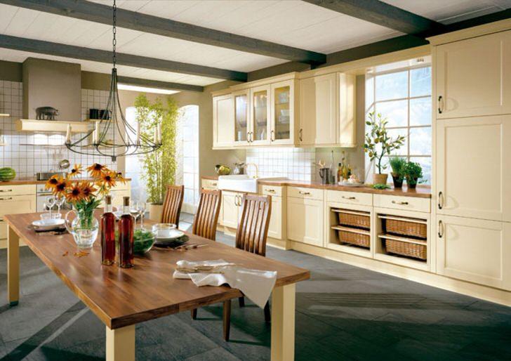 Кухня в стиле кантри в большом доме зажиточной итальянской семьи. Для кантри стиля удачно подобран кухонный гарнитур из дерева в светло-бежевых тонах.