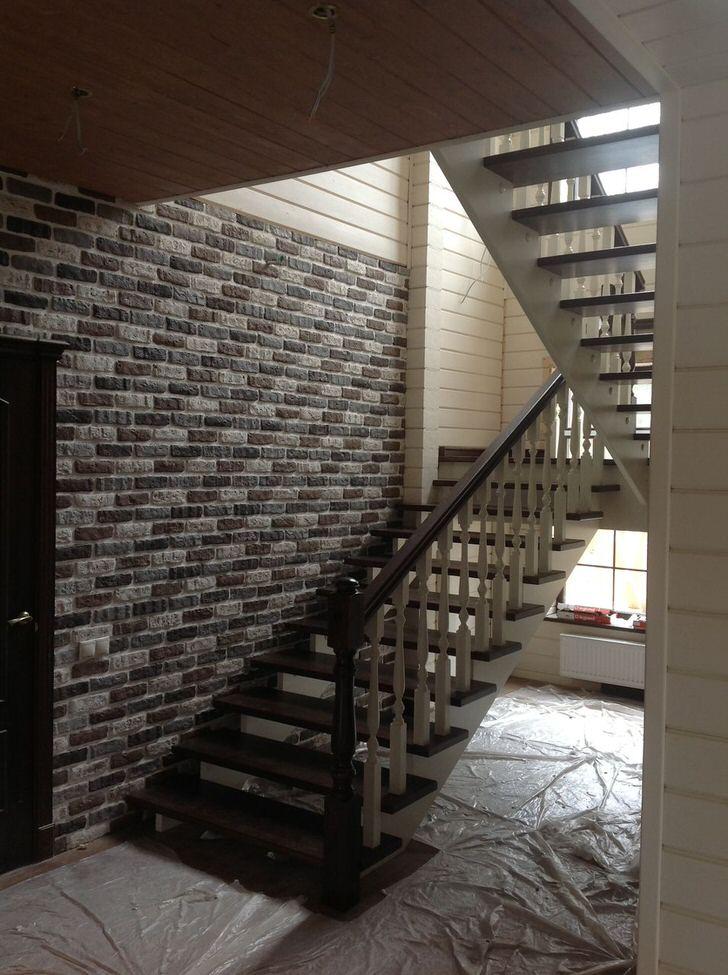 Надёжная конструкция модульной маршевой лестницы с поворотной площадкой. Проектируя дом проконсультируйтесь с продавцом о стандартных размерах модулей лестницы.