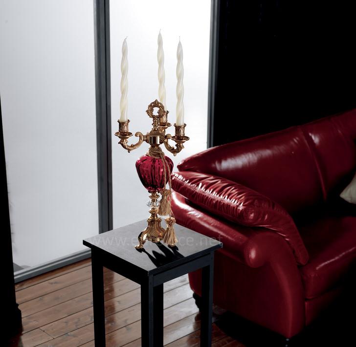 Канделябр из меди стилизован под общую композицию интерьера.