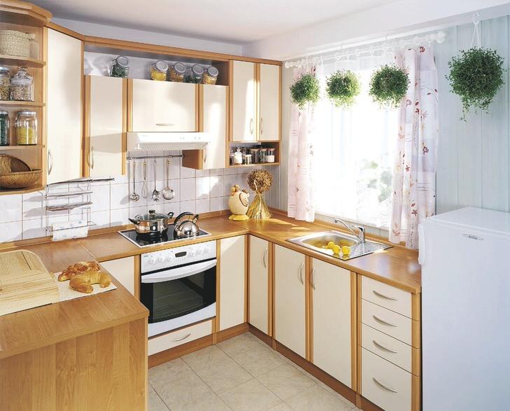 Скромная кухня на 12 квадратах жилой площади. С целью экономии пространства под рабочую поверхность задействован подоконник.