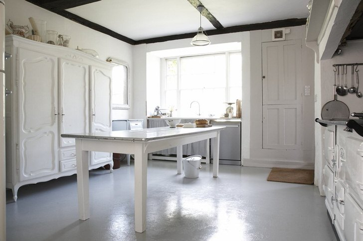 Белоснежная кухня в английском стиле - мечта хозяек, которые могут назвать себя приверженцами классики.