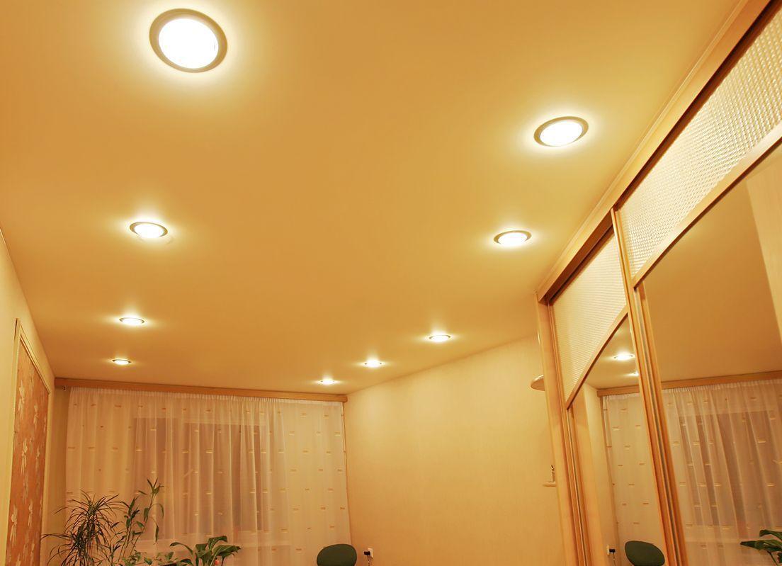 Точечное освещение всегда выгодно сочетается с натяжными потолками ПВХ.