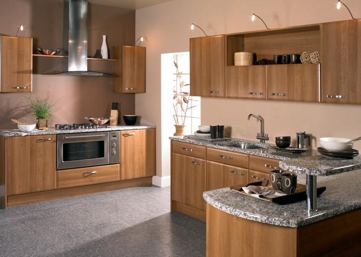 Светло-коричневый гарнитур из натурального дерева для кухни площадью 12 квадратных метров. Сэкономить пространство позволяет встроенная техника.