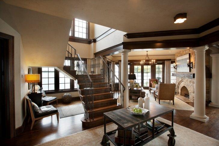 Холл и гостиная большого загородного коттеджа выполнены в строгом английском стиле. Хозяин выгодно подчеркнул свой статус и чувство стиля.