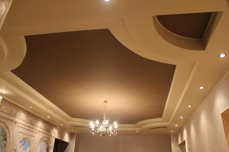 Матовые натяжные потолки ПВХ для гостевой комнаты в загородном доме. Многоярусная конструкция потолков интересно смотрится в светло-бежевом и темно-коричневом цвете.