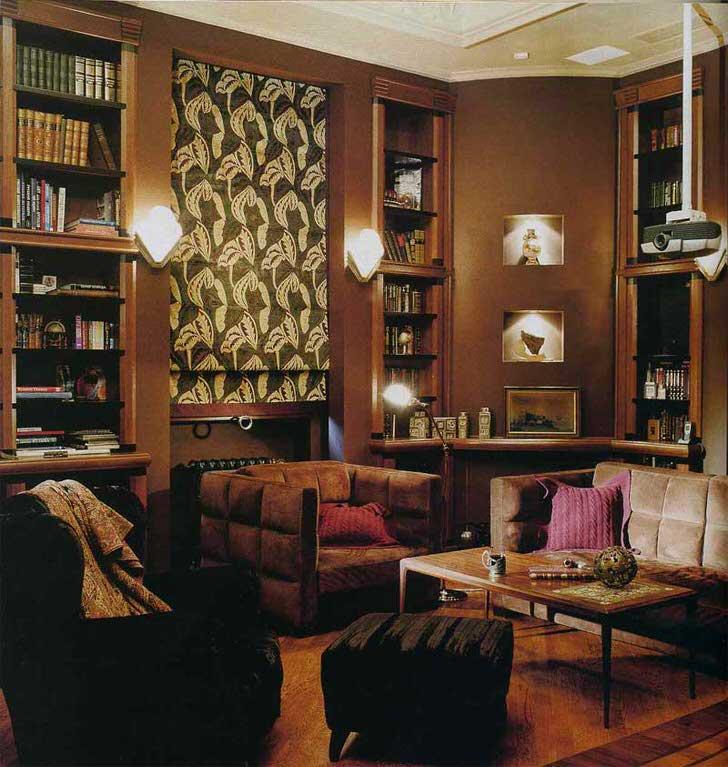 Стильная комната для гостей в стиле эклектика. Приглушенный свет и проектор для любителей старого кино.
