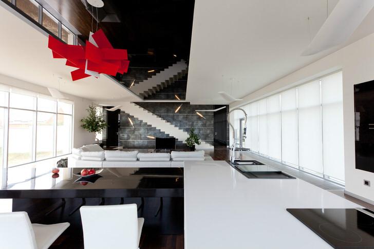 Люстра благородного красного цвета - яркий акцент в оформлении гостиной в хай-тек стиле.