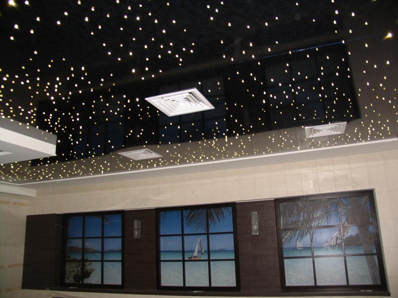 Глянцевый натяжной потолок ПВХ имитирует ночное, звездное небо. Отличная идея для спальни или детской комнаты.