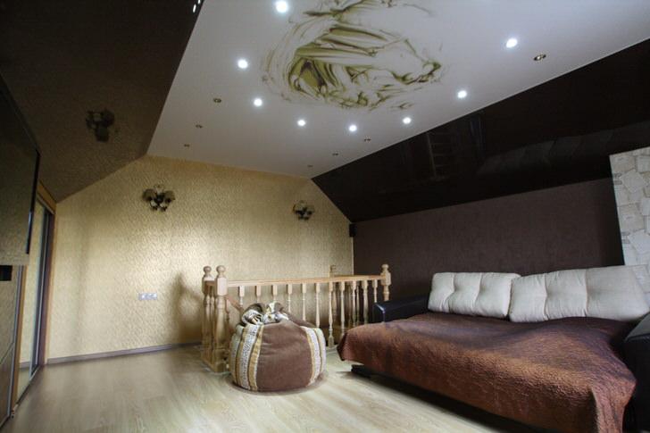 Гостиная на втором этаже загородного дома украшена натяжными потолками с фотопечатью.