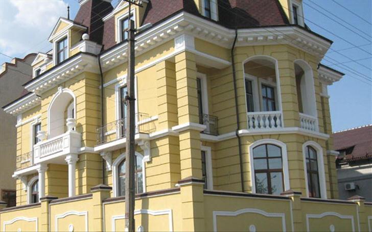 Фасадная лепнина - эффектный способ украсить загородный коттедж.