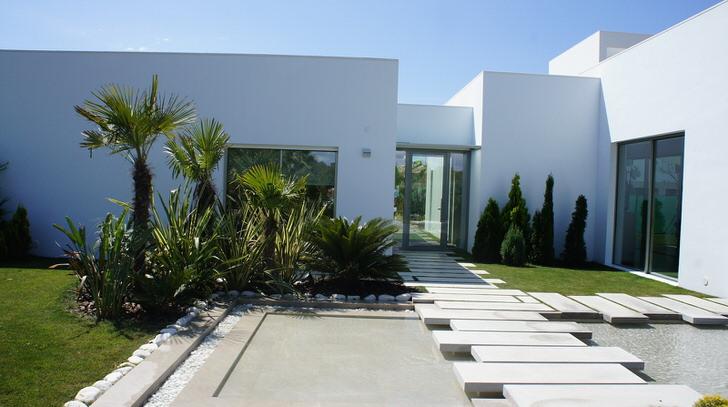 Стиль модерн в саду зажиточного француза. Главный акцент дизайнер сделал на оформлении садовых дорожек.