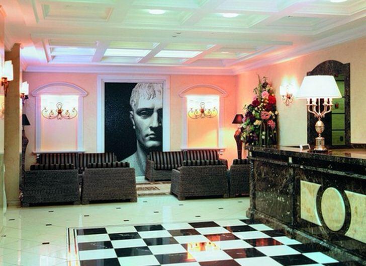 Стильная комната для гостей в стиле эклектика для индивидуалистов, которое любят указывать окружающим на свои достоинства. Дизайнер умело поиграл с яркими контрастами.