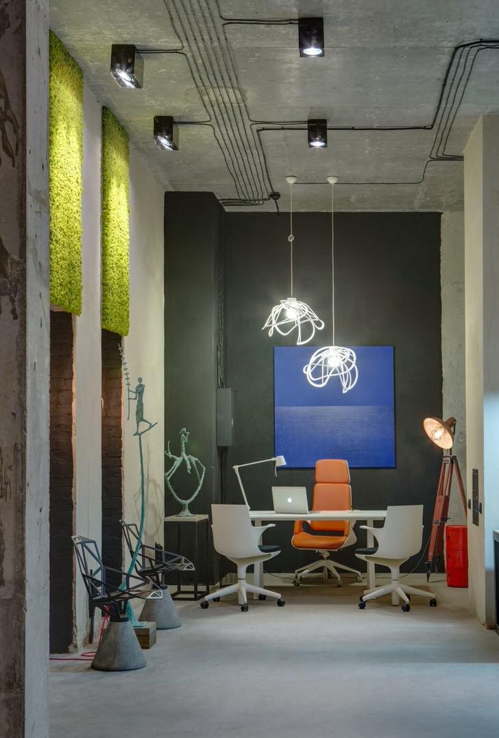 Концептуальное дизайнерское решение для офиса в лофт стиле. Грамотно подобранная мебель, черновая отделка помещения смотрятся более, чем гармонично.