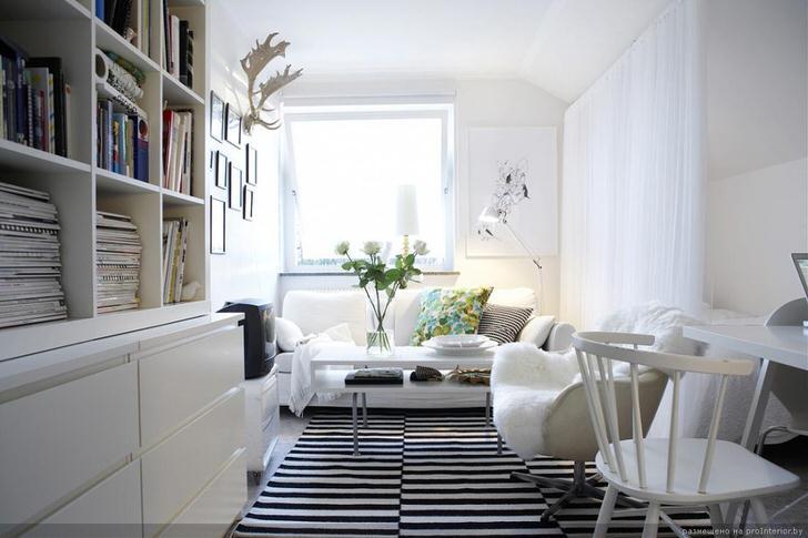 Классическое сочетание черного и белого выгодно смотрится в интерьере в скандинавском стиле. Белоснежная мебель делает гостиную светлой и уютной.