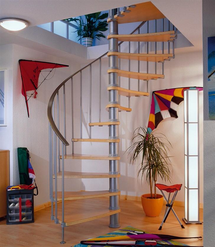 Изящный вариант модульной винтовой лестницы. Главное надёжно установить центральную опору, а дальше нанизывать модульные конструкции на ось. Пожилым людям по такой лестнице спускаться конечно тяжело.