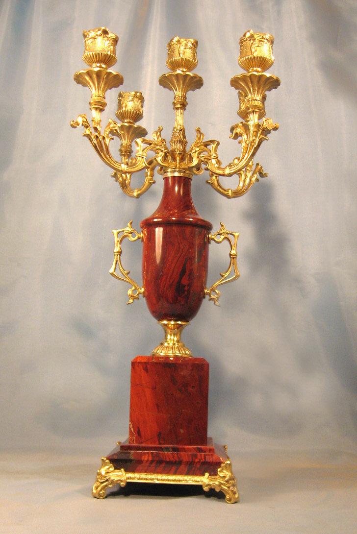 Позолоченный медный канделябр для роскошного барокко. Будет изысканно смотреться в гостиной или холле.