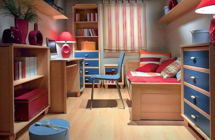 Функциональная и уютная комната для юной принцессы. Выгодное сочетание синих элементов мебели и вишневых элементов декора стильно смотрятся в интерьере.
