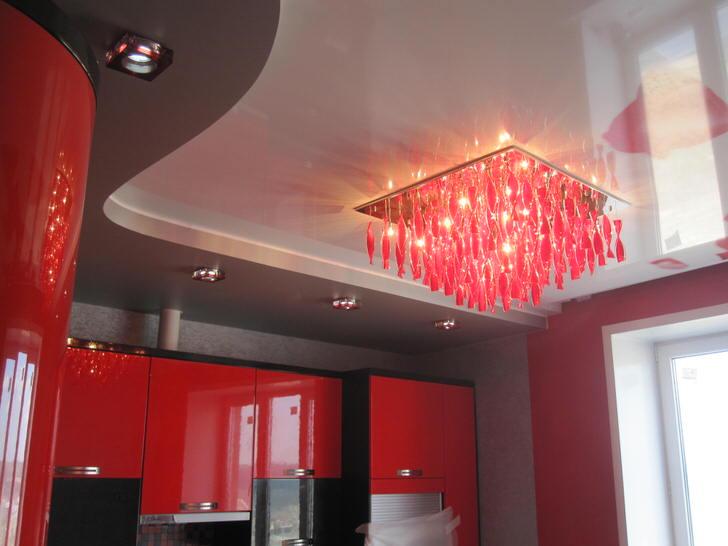 Пример правильно подобранного освещения для натяжных потолков.