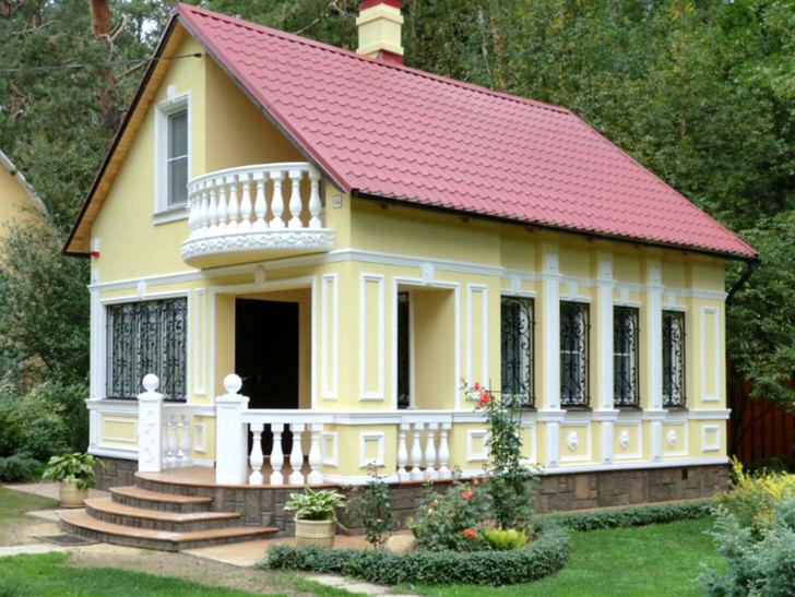 Небольшой домик в лесу оформлен в едином стиле. Фасадная лепнина придает стилю завершенности.