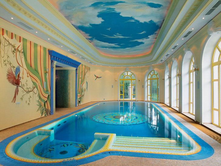 Классика жанра - голубое, глубокое небо в воздушных облаках. Натяжные потолки с фотопечатью особенно гармонично смотрятся на бассейном.