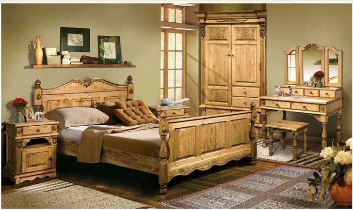Массивная мебель из дерева в деревенском стиле. Светлый массив дерева вносит в комнату уют и простоту, тепло семейного очага.