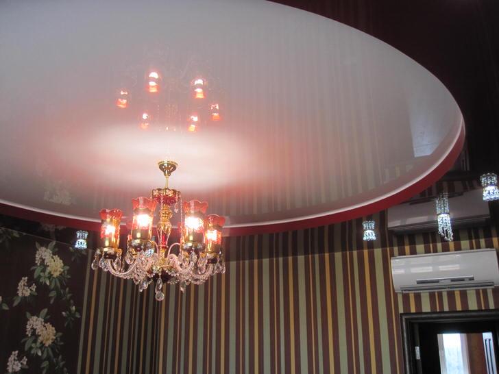 Контрастное сочетание цветов визуально делает потолки более высокими.