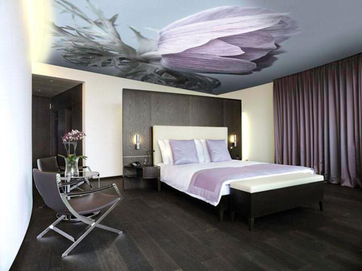 Фотопечать на натяжных потолках выполнена в тон общей композиции стиля.