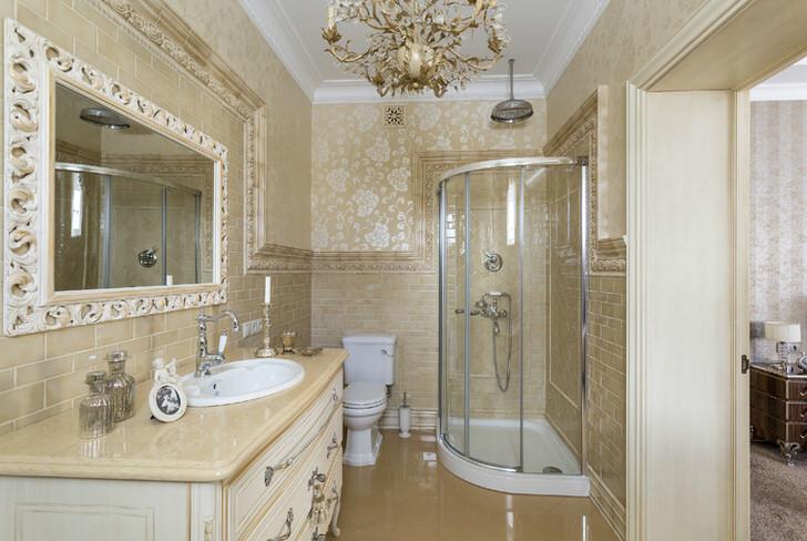 Стильная ванная комната. Стиль интерьера неоклассика идеально смотрится в просторном и функциональном помещении.